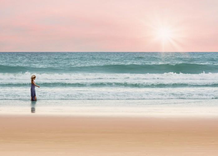 Afbeelding van kind langs de zee gevonden op www.coachingmetsanne.com coaching den haag