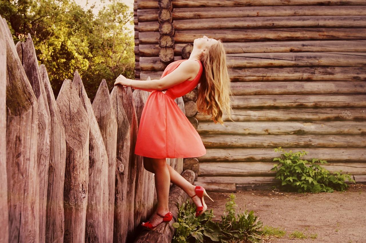 Afbeelding meisje met rode jurk, mode, kleding die bij je past gevonden op coachingmetsanne.com