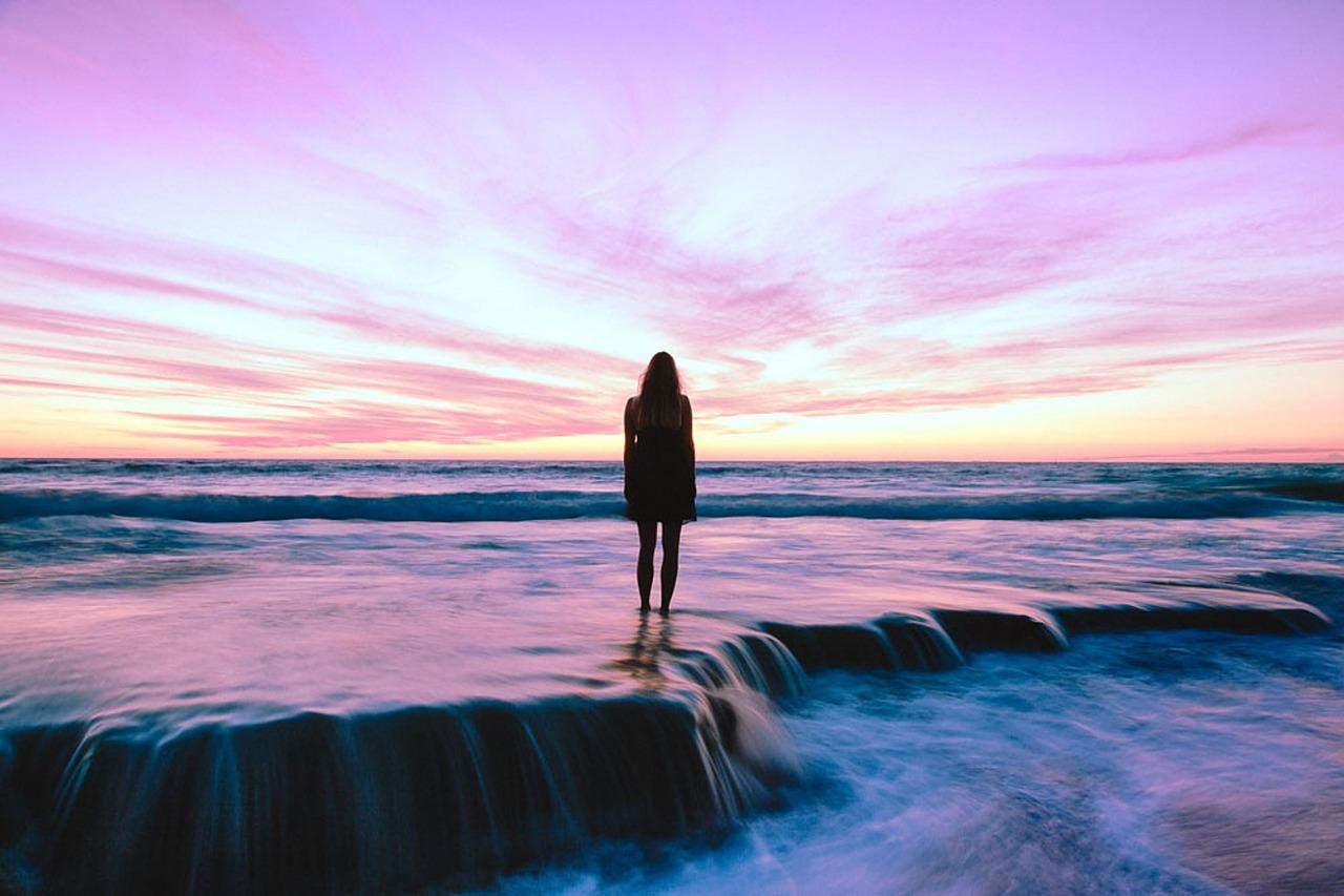 Foto van vrouw op het strand met ondergaande zon gevonden op coachingmetsanne.com life coach Den Haag